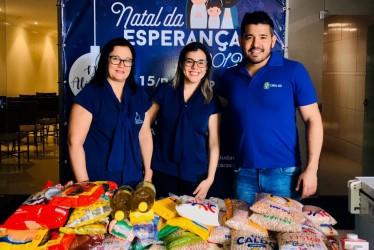 [noticia: crea-doa-300-kg-de-alimentos] Sandra Maria (E) e Bruna Pires recebem as doações do colaborador André Suzuki - DOACOES_ANDRE.jpeg