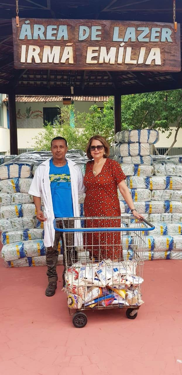 [noticia: crea-doa-300-kg-de-alimentos] Neuza Viana entrega doações no Asilo São Vicente de Paulo, na Cidade de Goiás - DOACOES_NEUZA.jpeg
