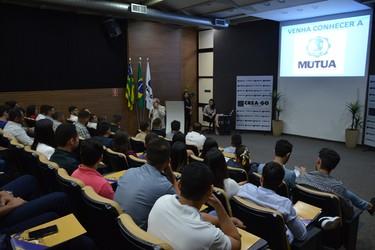 [noticia: recem-formados-recebem-carteiras-profissionais-em-solenidade-do-crea-go] Eng. Civ. Luiz Soares de Queiroz, explica aos recém-formados quais são os benefícios disponíveis da Mútua-GO - 01.jpg