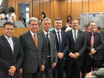 [noticia: assembleia-de-minas-promove-a-instalacao-de-frente-parlamentar] Presidentes reunidos durante lançamento da Frente Parlamentar na Assembleia Legislativa de Minas Gerais - 01.jpeg