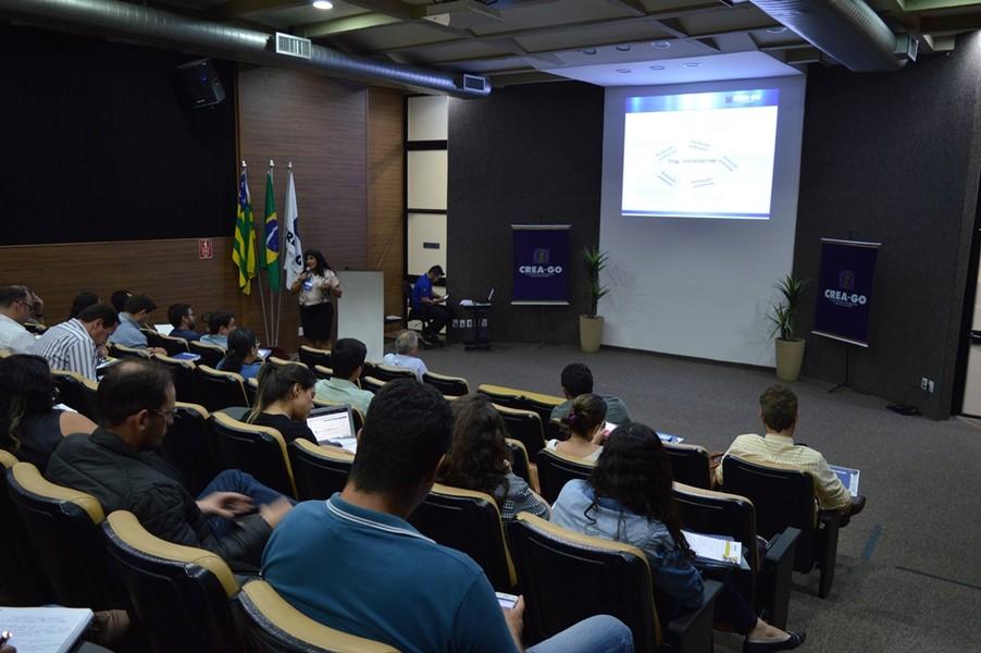 """[noticia: 1-seminario-de-atualizacao-de-professores-reune-85-participantes-no-crea-go] A Eng. Civ. e Amb. Viviane Vaz Monteiro ministra a palestra """"Resoluções 447/2000 e a Resolução 310/1986"""" - 06.jpg"""