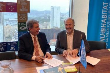 [noticia: crea-go-assina-acordo-com-agencia-especializada-da-onu] Francisco Almeida (E) e Alain Grimard durante assinatura do Memorando de Entendimento entre Crea-GO e ONU-Habitat - ASSINATURA_MEMORANDO_ENTENDIMENTO_ONU-HABITAT.jpeg