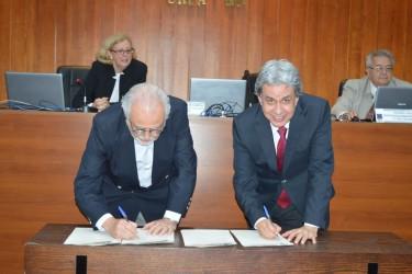 [noticia: crea-assina-termo-de-cooperacao-inedito-com-spu] Humberto Peixoto (E) e Francisco Almeida assinam o acordo de cooperação técnica entre Crea-GO e SPU-GO - ASSINATURA_CREA-GO_SPU-GO_01.JPG