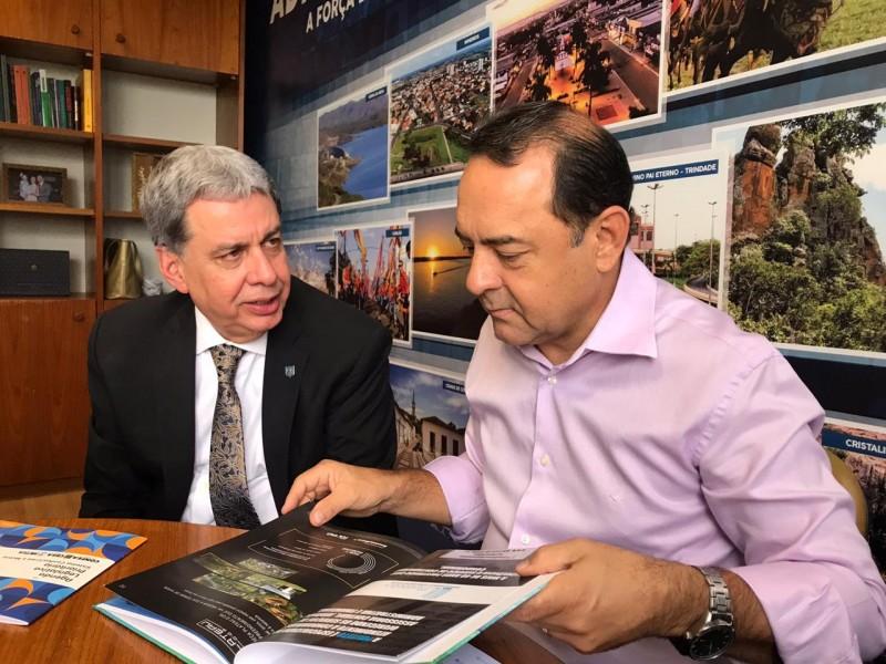[noticia: crea-go-participa-de-acao-parlamentar-em-brasilia] Francisco Almeida (E) em conversa com o deputado Adriano do Baldy, durante visitas realizadas pelo Crea-GO - AÇÃO_PARLAMENTAR_01.jpeg