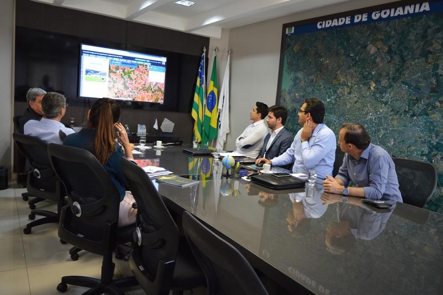 [noticia: presidente-do-crea-go-recebe-a-visita-do-deputado-francisco-junior] Deputado e equipe do Crea discutem sobre os projetos sociais realizados pelo Conselho - 02.jpg