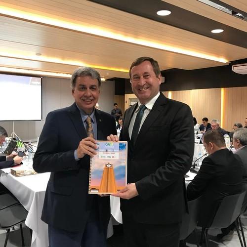 [noticia: goiania-sera-sede-da-77-soea] Presidente Francisco Almeida (E) entrega o bidding impresso para o presidente do Confea, Eng. Civ. Joel Krüger (D) - 01.jpeg
