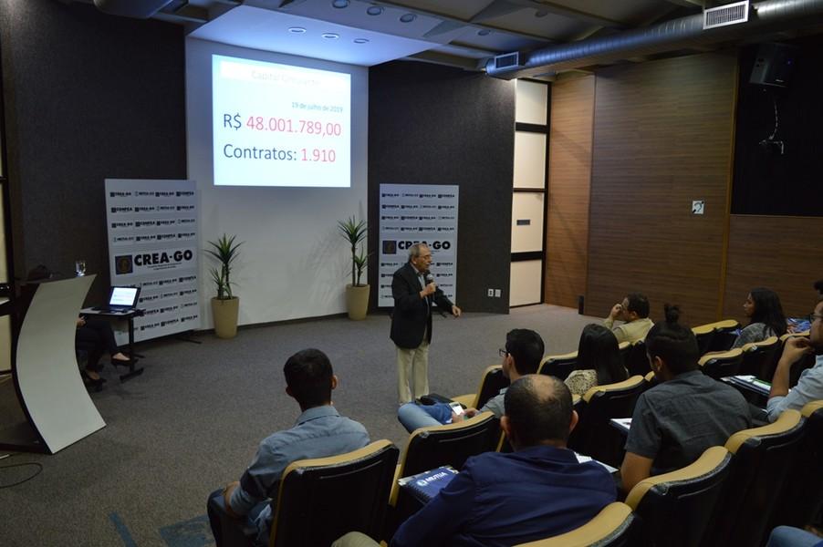[noticia: crea-go-realiza-nova-solenidade-de-ingresso-ao-sistema-confeacrea] Eng. Civ. Luiz Soares de Queiroz explica aos novos profissionais os benefícios disponíveis da Mútua-GO - 02.jpg