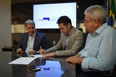 [noticia: crea-assina-contrato-para-inicio-da-obra-de-expansao-da-sede] Além de Francisco Almeida (E), os engenheiros Civis Lamartine Moreira (C) e Ricardo Veiga (D) assinam como testemunha - 02.jpg