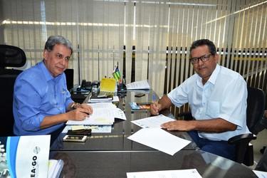 [noticia: prefeitura-de-posse-e-a-mais-nova-parceira-do-crea-go] Francisco Almeida (E) e Wilton Barbosa assinam acordo de cooperação técnica entre o Crea-GO e a Prefeitura de Posse - 01.jpg