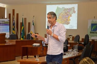 """[noticia: 269-pessoas-participaram-do-workshop-manejo-dos-sistemas-agricolas-irrigados-no-interior] Eng. Agr. Dr. Pedro Marques da Silveira apresenta """"Gestão da irrigação"""", palestra na qual fala sobre os cuidados com a irrigação, em Paraúna - 01.jpg"""