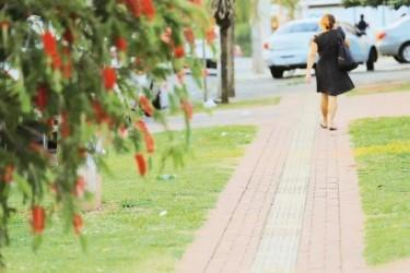 [noticia: crea-go-e-destaque-no-jornal-o-popular-sobre-lei-da-calcada] Calçada no Parque Amazônia tem piso tátil, mas pavimento é irregular - Calcada.jpg