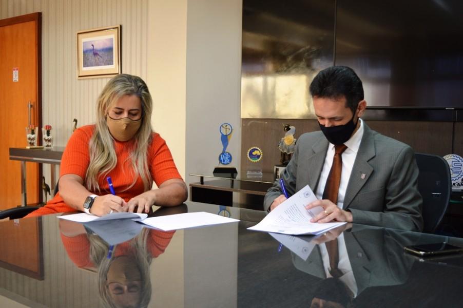 [noticia: empresa-de-marketing-concede-desconto-a-profissionais-registrados-no-crea-go] Kênia Paula e Lamartine Moreira assinam o acordo de cooperação técnica entre o Crea e a K Digital - ASSINATURA DE ACORDO DE COOPERAÇÃO K DIGITAL 02.JPG