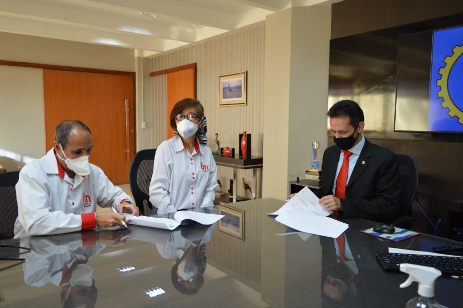 [noticia: crea-go-firma-acordo-com-o-instituto-mix-de-goiania] José Renato Marchiori, Regina Marchiori e Lamartine assinam acordo técnico entre o Crea e o Instituto Mix - DSC_0053.JPG