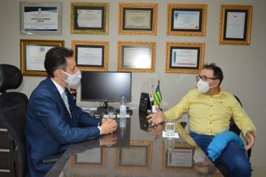 [noticia: crea-e-sinduscon-alinham-acoes-para-valorizacao-da-engenharia] Lamartine Moreira (E) e Cezar Mortari discutem ações conjuntas em favor da valorização da Engenharia - CREA SINDUSCON.JPG