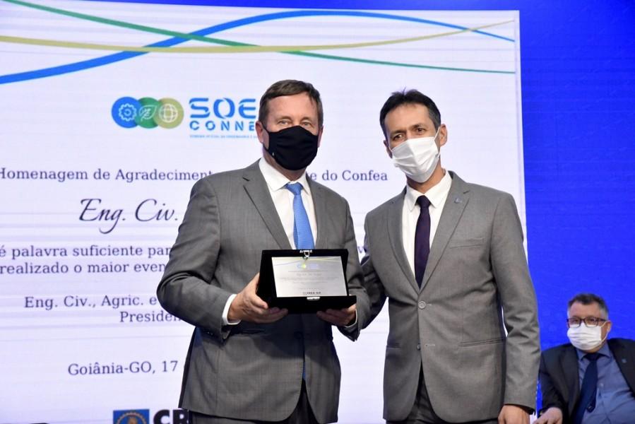 [noticia: soea-connect-inaugura-fase-digital-e-inclusiva] Joel Krüger (E) recebe homenagem do Crea-GO das mãos de Lamartine Moreira - SOEA CONNECT - ENCERRAMENTO 02.JPG