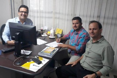 [noticia: crea-celebra-acordo-de-cooperacao-com-prefeitura-de-piranhas] O prefeito Eric Silveira (C) assina o acordo de cooperação técnica com o Crea-GO acompanhado por Roger Barcellos (E) e Victor Resende (D) - ASSINATURA_ACORDO_PREFEITURA_PIRANHAS.jpeg