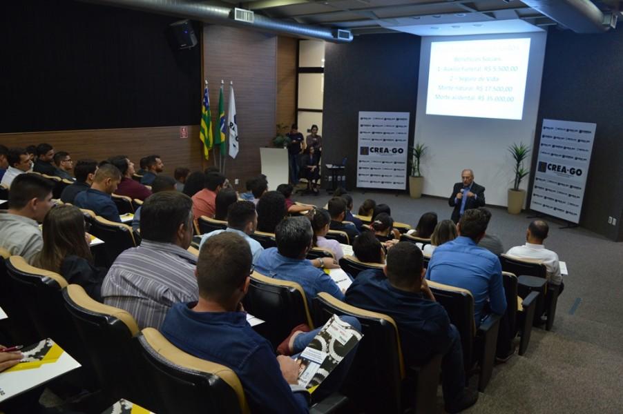 [noticia: conselho-realiza-nova-solenidade-de-ingresso-ao-sistema-confeacrea-em-goiania] Eng. Civ. Luiz Soares de Queiroz explica os benefícios oferecidos pela Mútua-GO - ENTREGA_3.JPG