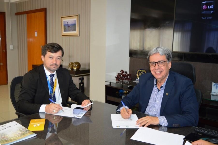[noticia: crea-e-ulbra-firmam-parceria-inedita-com-foco-em-programa-de-engenharia-publica] Jeferson Samuelsson (E) e Francisco Almeida assinam o acordo entre Ulbra e Crea - ASSINATURA_CONVENIO_ULBRA_01.JPG
