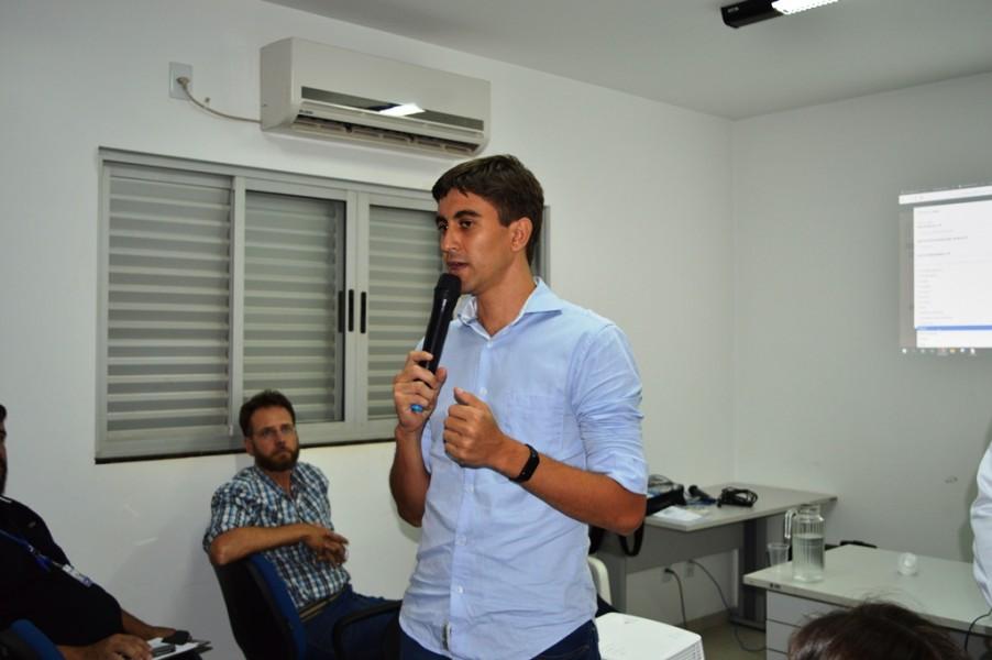 [noticia: francisco-almeida-se-reune-com-agronomos-de-jatai] Coordenador de Integração de Dados do Conselho, o Eng. Civ. Eliel Oliveira faz uma análise dos dados da Agronomia na região - REUNIAO_AGRONOMOS_JATAI_06.JPG