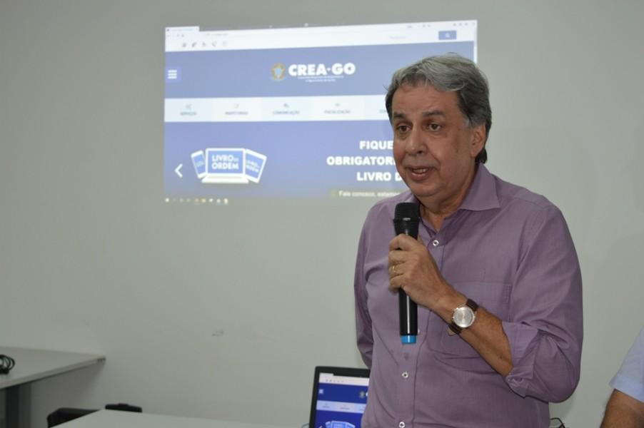 [noticia: francisco-almeida-se-reune-com-agronomos-de-jatai] O presidente Francisco Almeida responde, pessoalmente, aos questionamentos dos profissionais - REUNIAO_AGRONOMOS_JATAI_02.JPG