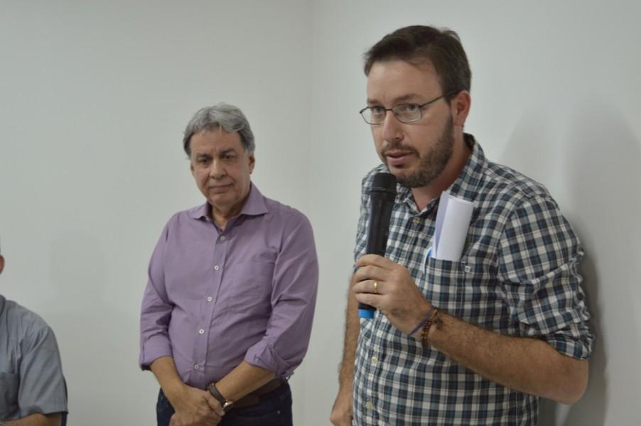[noticia: francisco-almeida-se-reune-com-agronomos-de-jatai] Fábio Pazzinato (D), diretor técnico da Aeaja, representa os profissionais durante o encontro - REUNIAO_AGRONOMOS_JATAI_03.JPG