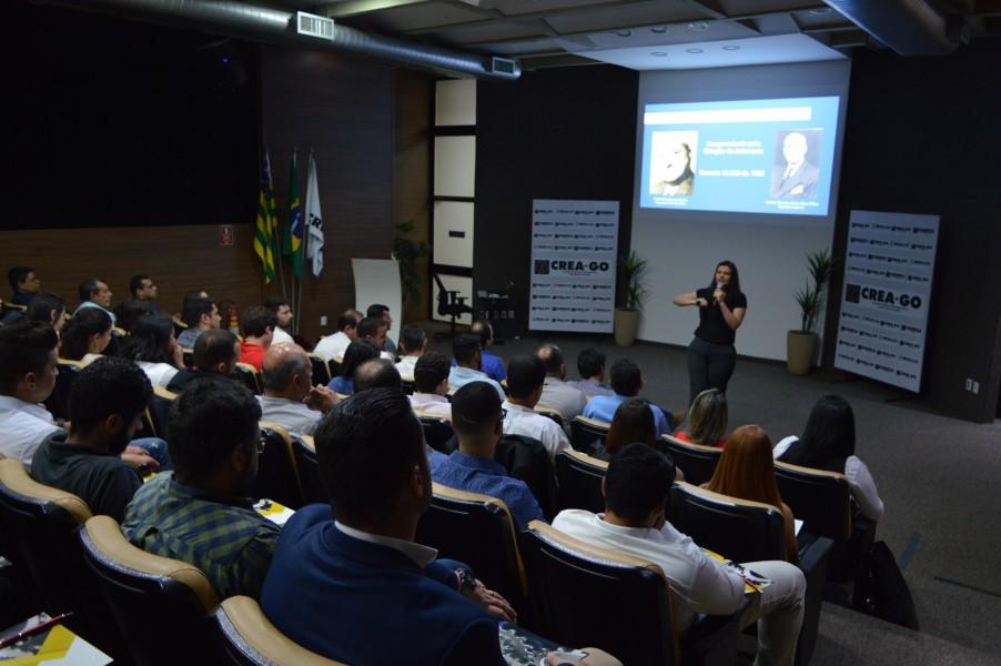 """[noticia: conselho-recebe-novos-profissionais-em-goiania] Emely Gomes profere palestra sobre """"Ética, Legislação e Valorização Profissional"""" - ENTREGA_2.JPG"""