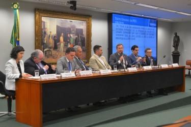 [noticia: audiencia-publica-debate-a-pec-10819-na-camara-dos-deputados] Mesa de trabalhos com a participação do presidente Joel Krüger e de representantes do CAU, da OAB, do CFM, do Cofen e do ministério da Economia - pec108 - 01.jpg