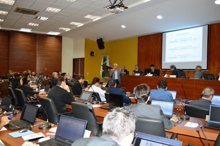 [noticia: mutua-go-apresenta-relatorio-de-atividades-durante-sessao-plenaria] O Eng. Civ. Roger Piaggio Couto, diretor-geral da Mútua-GO, apresenta o Relatório de Resultados da Caixa aos 41 conselheiros presentes - 821_SESSAO_PLENARIA_02.JPG
