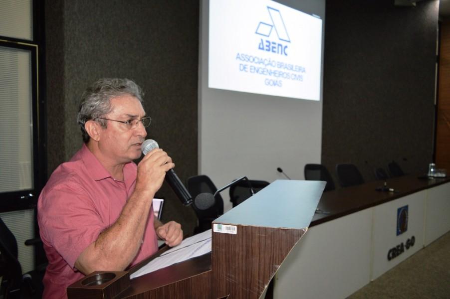 [noticia: palestra-da-abenc-go-reune-80-pessoas-no-crea] Diogo Veloso, presidente da Abenc-GO e coordenador da CEECA, fala sobre a Associação aos presentes - PALESTRA_ABENC_02.JPG
