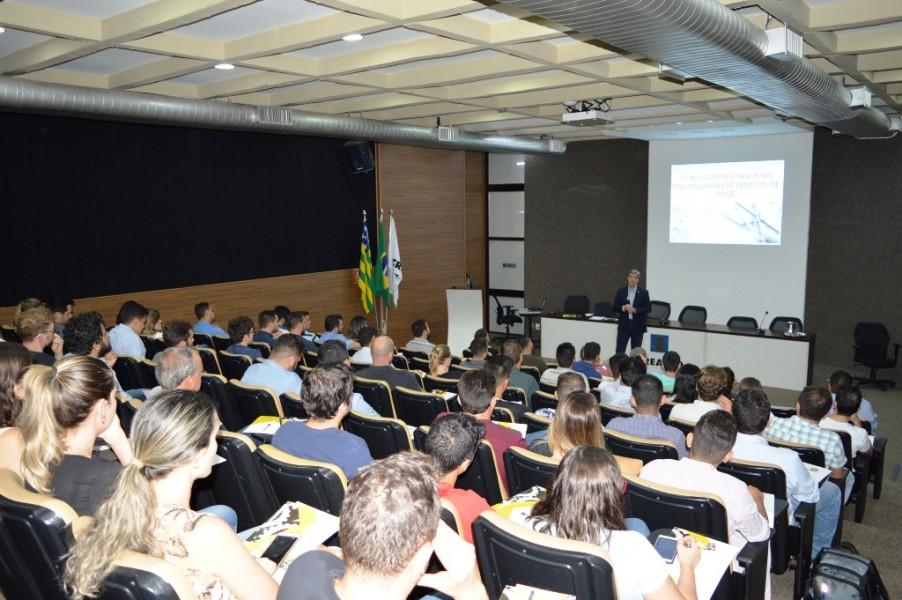 [noticia: palestra-da-abenc-go-reune-80-pessoas-no-crea] O Eng. Civ. André Luiz Rocha ministra a palestra a 80 pessoas, no auditório do Crea-GO - PALESTRA_ABENC_01.JPG
