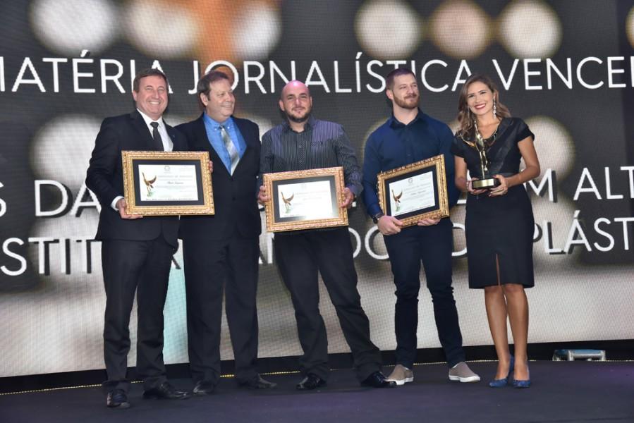 [noticia: crea-go-entrega-o-18-premio-de-meio-ambiente] Joel Krüger (E) e Marco Antônio Ribeiro entregam troféu e certificados à equipe da TV Anhanguera - PREMIO_02.jpg