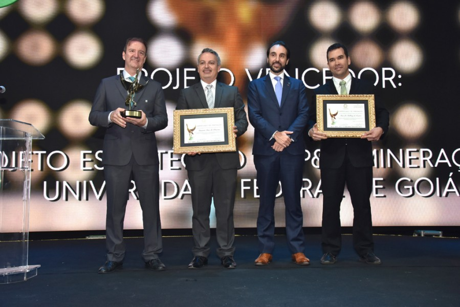 [noticia: crea-go-entrega-o-18-premio-de-meio-ambiente] Na modalidade Produção Acadêmica, Marcelo Stehling de Castro (E) e Gustavo Dias de Oliveira (D) foram os premiados - PREMIO_06.jpg