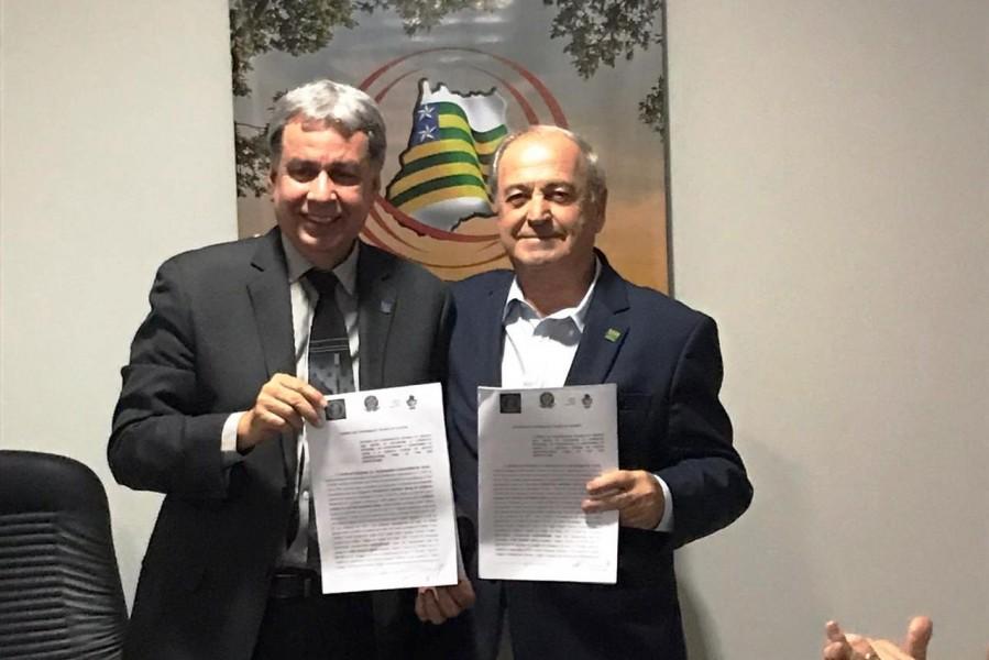 [noticia: crea-go-e-agrodefesa-assinam-novo-acordo-de-cooperacao-tecnica-e-operacional] Francisco Almeida (E) e José Essado Neto exibem o novo acordo entre Crea e Agrodefesa - ASSINATURA_AGRODEFESA_01.jpeg