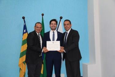 [noticia: presidente-do-crea-recebe-homenagem-em-catalao] Ulysses Sena (C) recebe o diploma das mãos dos vereadores Helson de Souza (E) e Marciel Mesquita (D) - Hleson, Ulysses e Marciel.JPG